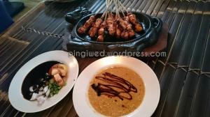 makan sate ayam Shinta
