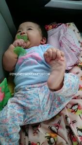 multitasking! mulut boleh sibuk sama teether, tangan tetep asik pegang kaki